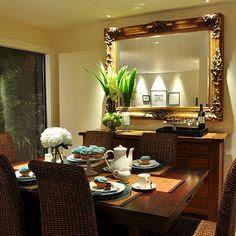 Uma ideia para chamar de sua e aplicar na sua sala de jantar! Um belo espelho de moldura dourada e um toque de natureza com os arranjos de flores que cai muito bem e suaviza o ambiente. #decor #homedecor #decoracao #saladejantar #decorsaladejantar #interiorstyling #designdeinteriores #arquiteturadeinteriores #trend #decorarfazbem #carrodemola #espelho #molduradourada #dourado #dinningroom #decoração #mesadejantar #comprardecoracao.