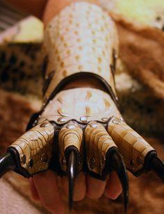 Ymchwil mewn i ddyrnfolau gwahanol er mwyn dylunio a chreu dyrnfol arloesol fy hunain. Fantasy Armor, Fantasy Weapons, Leather Tooling Patterns, Armadura Medieval, Dragon Costume, Leather Armor, Body Armor, Leather Working, Metal Working