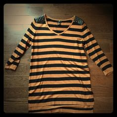 Classic stripped tunic This classic stripped tunic has great pleather should detail!  Perfect with leggings and boots. 50% viscose and 50% acrylic- very soft! H&M Tops Tunics