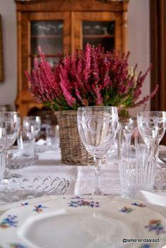 Cristal, porcelana y brezo. Mesa de domingo. Table setting