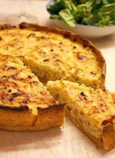 Er gehört zum Oktober, wie der Spargel zum Mai: Der Zwiebelkuchen mit Mürbeteig stimmt dich zusammen mit einem Glas Federweißer perfekt auf den Herbst ein!