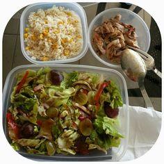 Pollo, ensalada y arroz con maiz / Chicken, salad and rice with corn
