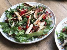 Ruokaisa salaatti ihanilla vihanneksilla Närpiöstä ja kotimaisilla erilaisilla ruokaryyneillä kuten kaura, ohra, ruis ja vehnä! Ja tietysti halloumia koska kaikki rakastavat halloumia! #lounassalaatti #villinävegeen #kasvisruoka #kasvisreseptit Halloumi, Pasta Salad, Ethnic Recipes, Food, Red Peppers, Meal, Essen, Cold Noodle Salads, Hoods