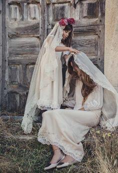 Una Boda Castellana. Vestido de arras de Ma Petite y corona de flores de El Taller de Lucía; La novia, vestido de Helena Mareque, y bailarinas de Muitt Madrid © Le Mariage Creatif.