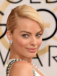 Margot Robbie looks beautiful with natural make-up, nude lipstick, and perfect eyebrow. Cabelo Margot Robbie, Margot Elise Robbie, Margo Robbie, Actress Margot Robbie, Margaret Robbie, Bridal Beauty, Wedding Beauty, Wedding Makeup, Bridal Makeup