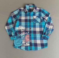 Camisa de cuadros azules con adornos cosidos