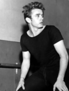James Dean looking handsome and derpy Old Hollywood Actors, Golden Age Of Hollywood, Classic Hollywood, James Dean Pictures, Jimmy Dean, East Of Eden, Actor James, Young Actors, Actors & Actresses