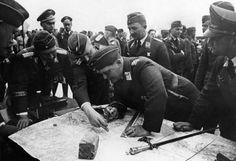Рейхсмаршал Герман Геринг смотрит на карту во время вторжения в Польшу в окружении офицеров люфтваффе. 2МВ 1939 г.