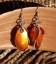 """Leichte Ohrringe aus anodisierten Aluminiumringen und Aluminiumschuppen.    *Leicht zu tragen und """"unauffällig auffällig"""".*    +*Orange Ohrringe für d"""