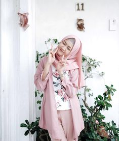 4 Hal Penting Saat Ingin Membeli Jilbab - Tips Hijaber Modern Hijab Fashion, Street Hijab Fashion, Hijab Fashion Inspiration, Abaya Fashion, Muslim Fashion, Modest Fashion, Fashion Outfits, Casual Hijab Outfit, Hijab Chic