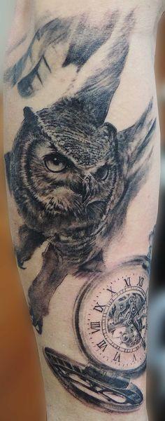 Owl and pocket watch tattoo, full sleeve in progress. Tattoo Búho y reloj de bolsillo, manga completa en progreso.