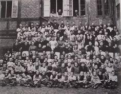 I tobaksproduktionen bruges børn, som billig arbejdskraft. Omkring år 1900 er der næsten 2.000 børn ansat dvs. 1/3 af de ansatte i faget.