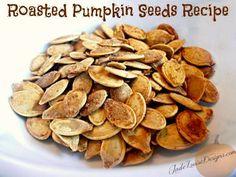 Passo 1: Primeiro você terá que raspar todas as sementes da abóbora, depois coloque em uma tigela e encha com água fria. PASSO 2: Coloque...
