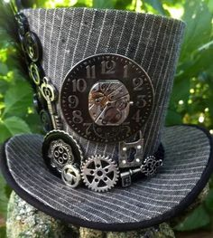 Ten Amazing Steampunk Hats Any Steampunker Will Love While I am not a fan of the post sci-fi industrial style that is Steampunk I do like the clothes. From shoes, to coats and some amazing steampunk hats. Steampunk Cosplay, Viktorianischer Steampunk, Steampunk Outfits, Steampunk Wedding, Steampunk Clothing, Steampunk Fashion, Fashion Goth, Victorian Fashion, Steampunk Halloween Costumes