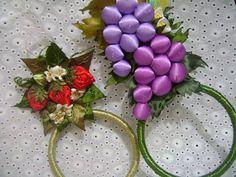 O porta pano de copa com morangos,com 3 morangos vermelhos e 3 verdes, 10 folhas bordadas,com 5 flores <br> O porta pano de copa cachos de uvas 2 cachos de uvas, 2 botões amarelos e 12 folhas,um belo presente para uma pessoa especial, ou para enfeitar a sua cozinha <br>Obs; o preço corresponde na encomenda dos dois produtos. Entre em contato