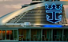 Según ha revelado el web Crewcenter, las navieras del Grupo Royal Caribbean ha informado en un comunicado interno que vacunará a todos los miembros de sus tripulaciones. #cruceros #viajar #cruises #noticias #vacuna Royal Caribbean, Opera House, Stairs, Building, Travel, Cruises, Boats, Group, Traveling