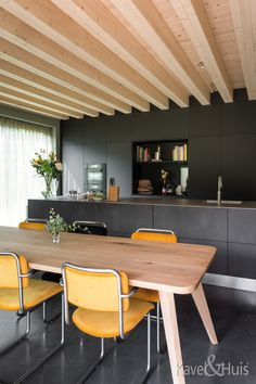 Een mooie woon eetkamer Conference Room, Table, Furniture, Home Decor, Decoration Home, Room Decor, Tables, Home Furnishings, Home Interior Design
