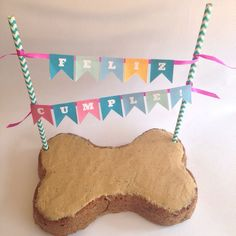 La torta de cumpleaños de Bongo nos quedó deliciosa!!  Tenemos cuatro sabores para que escojas el que más te guste para tu peludito en su día especial  Torta grande decorada $28.000 Torta individual decorada $10.000  El glaseado apto para perros es opcional  #perrofeliz #chachayelgalgo #pasteleriacanina #tortasparaperros #dogfriendly #dog #perros #cali #calico