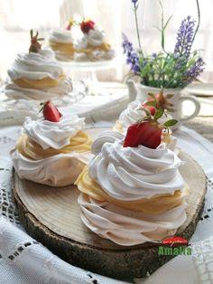 Le ador, le iubesc, sunt absolut divine! Mini pavlova cu crema de vanilie sunt un desert diafan ce merita incercat!