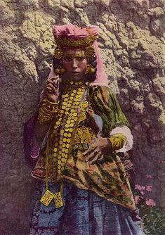 北アフリカのウル・ナイル族の女性は年頃になると婚資を得るために地中海沿岸部の都市へ出て、ダンスを披露したり、ときには売春によって収入を得ていた。 そこでのダンスがベリーダンスのルーツのひとつとも言われている pic.twitter.com/CL6fDMvvus