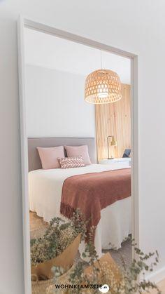 Das Schlafzimmer ist der wichtigste Raum in Deinem Zuhause, denn es ist Deine persönliche Ruheoase. In diesem Beitrag geben wir Dir deshalb hilfreiche Tipps, wie Du auch ein kleines Schlafzimmer einrichten kannst und dabei den Raum optimal ausnutzt. Small Room Bedroom, Dorm Room, Bedroom Decor, Bedroom Ideas, Clean Bedroom, Wall Decor, Small Rooms, Master Bedroom, Bedroom Images
