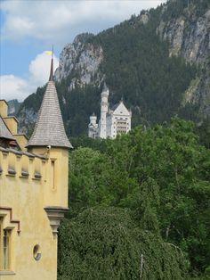 #Schloss #Hohenschwangau im #Allgäu. Wunderschön für eine #Besichtigung. #Heertümlich und viele Eigenschaften. Paris Skyline, Travel, Rv, Travel Advice, Viajes, Nice Asses, Destinations, Traveling, Trips