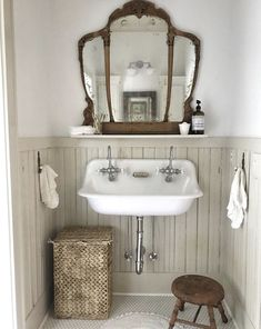 33 Amazing Vintage Bathroom Design Ideas - Home Design Remodelling Ideas Bad Inspiration, Bathroom Inspiration, Bathroom Renos, Small Bathroom, Bathroom Vintage, Bathroom Vanities, Antique Bathroom Decor, Farmhouse Bathroom Sink, Bathroom Pink