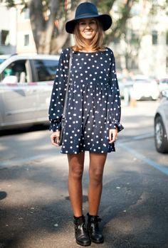 Petite robe à pois + boots masculines + chapeau en feutre = le bon look girly/chic/boyish