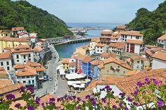 Cudillero, Asturias. Las casas de mil colores dan al mar y se sitúan, como si fueran los escalones de un anfiteatro, entre la montaña y el Cantábrico. Este pueblecito de pescadores tiene uno de los puertos más interesantes de la zona y también algunos de los mejores paisajes. Subiendo y bajando por sus cuestas empinadas encontrarás miradores en los que el azul del mar y el cielo se funde con el verde del paisaje y las tejas de las casas. Tranquillo y lleno de encanto.