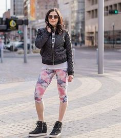 NEW blog post up tonight about how I find cute workout gear on a budget!  If I'm rocking the right outfit I'm killing my workout because I'm in the zone that day! And -- especially if you go to a downtown workout studio like @lnkfeelsfly you may be going to breakfast or coffee with friends right after you're done with your workout so why change?  Link in bio! Hope you like my tips. Happy Tuesday!