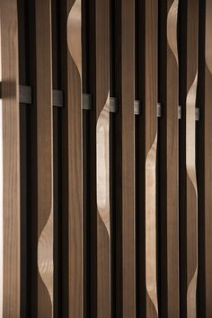 La Revue du Design  » Blog Archive   » Linéa 3D, un revêtement mural en bois par Woodlabo #walldesign Partition Design, Facade Design, Partition Screen, Timber Cladding, Wall Cladding, Screen Design, Wall Design, Joinery Details, 3d Cnc