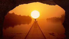 Unos verán a un tipo simulando sujetar el sol otros... el ojo de un gran dragón. Si eres de estos últimos te esperan muchos fines de semana de fantasía. A vivirlos! quema como el mismo sol! ............ Fot.: Filosof #nuevazelanda #newzealand #atardecer #sunset #agua #water #naturaleza #nature #musica #music ............  The Kooks - Bad Habit