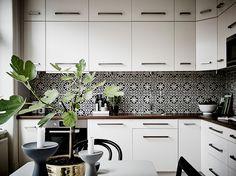 La baldos hidraúlica le da mucha fuerza y personalidad a esta #cocina de base #nórdica.