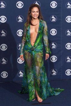 Jennifer Lopez, Versace, Grammy Awards, 2000 - one of my 'in-love' moments with JLo! Jennifer Lopez Green Dress, Vestidos Versace, Robes Glamour, Non Blondes, Actrices Sexy, Iconic Dresses, Sexy Dresses, Dresses 2016, Stylish Dresses