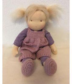 Maartje, een waldorfpopje van 30 cm.Ze draagt een gebreide hansop van plantaardig geverfde wol. Daaronder een katioenen gestreepte legging en T-shirt, aan haar voetjes gehaakte slofjes.
