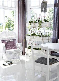 Traditionellt vitt och svenskt romantiskt med korgstol och välorganiserade blomlådor, men Simon Davi...