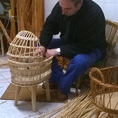 за работой Willow Weaving, Basket Weaving, Rattan, Wicker, Paper Basket, Baby Kids, Baskets, Diy And Crafts, Cross Stitch