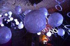 Spectacle d'ombres et de lumières respectant l'aspect organique du tuffeau et des différentes aspérités de la roche.