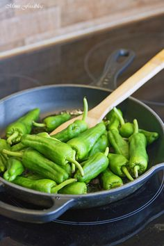 Pimientos de Padrón ~ Würzige, selbst gemachte Tapas - Mimis Foodblog Asparagus, Tapas, Vegetables, Party, Food, Sevilla Spain, Easy Meals, Cooking Recipes, Food Food