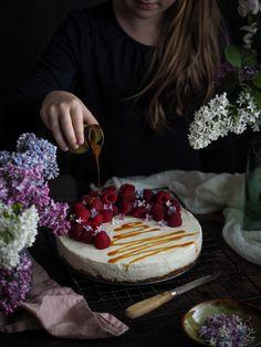 Nepečený cheesecake s bílou čokoládou   Máma peče doma Brownie Cupcakes, Cheesecake, Kefir, Food, Olympus, Digital Camera, Posts, Messages, Cheesecakes