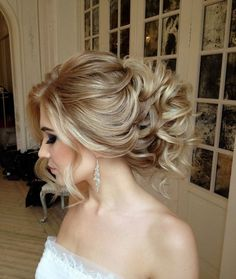 These powerful wedding hairstyles are seriously stunning with luscious braids and shimmering hairpieces! With unique bridal headpieces from Enzebridal and voluminous, elegant styles from Elstile, this bridal inspiration is full of life. Get inspired and a Wedding Hairstyles For Women, Latest Hairstyles, Bride Hairstyles, Cool Hairstyles, Wedding Hair And Makeup, Bridal Hair, Bridal Headpieces, Loose Curls Updo, Bridesmaid Hair Updo