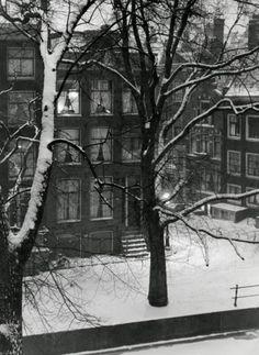 1939. A Winter scene with snow of a canal in Amsterdam. Photo Spaarnestad / Wiel van der Randen. #amsterdam #1940
