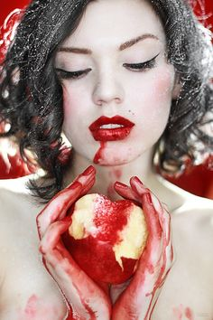 Snow white is a classic example of fantasy and I could use props during the photoshoot. Halloween Zombie, Halloween Face Makeup, Halloween Ideas, Fantasy Photography, Photography Ideas, Themed Photography, Halloween Photography, Modeling Photography, Photo Portrait