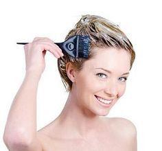 Come tingere i capelli in modo naturale utilizzando sostanze come l'hennè, il tè, la curcuma, lo zafferano, le salvia, la camomilla ed il rosmarino.