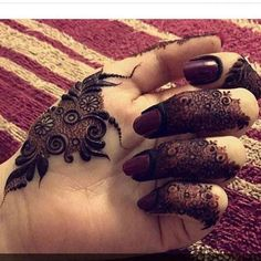 Simple Mehendi designs to kick start the ceremonial fun. If complex & elaborate henna patterns are a bit too much for you, then check out these simple Mehendi designs. Henna Hand Designs, Eid Mehndi Designs, Mehndi Designs Finger, Khafif Mehndi Design, Modern Mehndi Designs, Mehndi Designs For Girls, Mehndi Design Pictures, Mehndi Designs For Fingers, Beautiful Mehndi Design