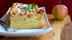 Těsta je vtomhle koláči jenom tolik, aby tenké plátky jablek držely pohromadě, proto se mu také někdy říká neviditelný. Je nesmírně šťavnatý aosvěžující anejsložitější na přípravě je nakrájet jablka. Pancakes, Cabbage, Treats, Vegetables, Breakfast, Sweet, Ethnic Recipes, Food, Yum Yum