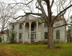 Title: Abandoned Bermuda Hill Plantation in Prairieville, Alabama. Board: Abandoned Buildings Left To Die. Abandoned Property, Old Abandoned Houses, Abandoned Buildings, Abandoned Places, Old Houses, Abandoned Castles, Huge Houses, Dream Houses, Southern Plantation Homes