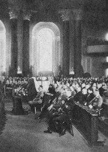 Hitler NIE UCZESTNICZYŁ w pogrzebie Piłsudskiego. Zdjęcie zostało zrobione w berlińskiej katedrze św. Jadwigi 18 maja 1935 r. podczas mszy żałobnej za duszę zmarłego przy symbolicznej trumnie.
