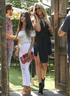 7e6951872a Kendall Jenner displays her thin figure she chows down on pizza