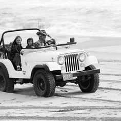 Check out this restored 1976 Jeep owned by Ralph Lauren. See how this awesome Jeep has lives the ultimate beach lifestyle. Cj Jeep, Jeep Wrangler, Jeep Cj7, Les Hamptons, Hampton Beach, East Hampton, Cool Jeeps, Ralph Lauren, Town And Country